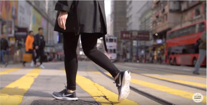 camminare sulle striscie pedonali