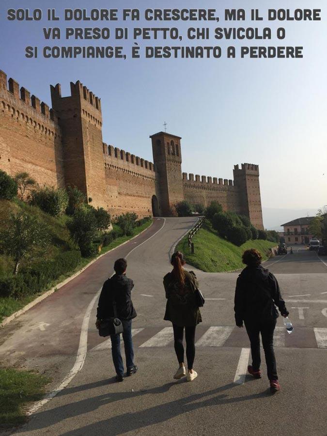 camminando verso castello tre donne