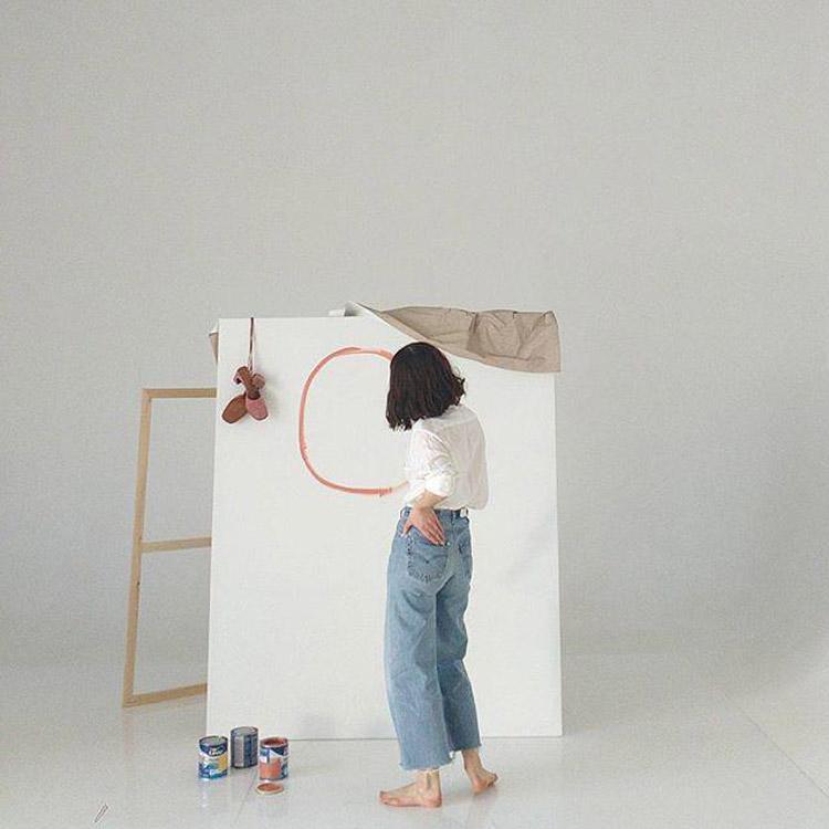 donna disegna un cerchio