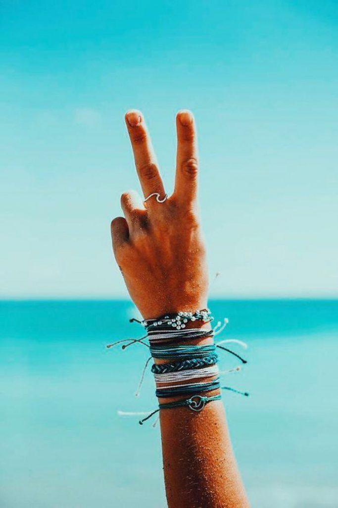 due dita su sfondo blu
