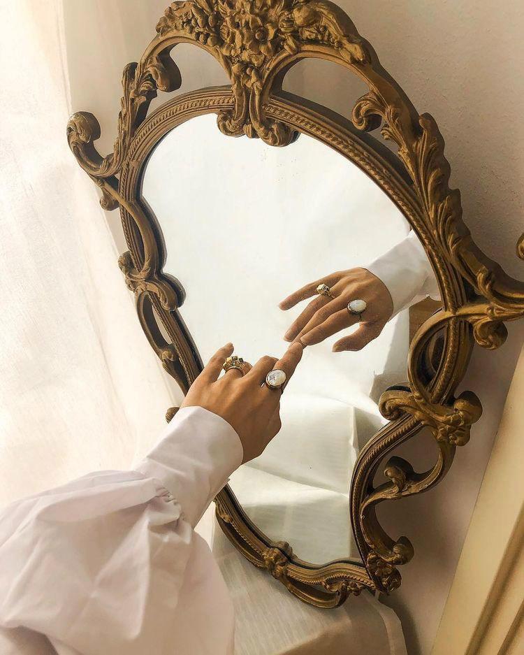 mano allo specchio