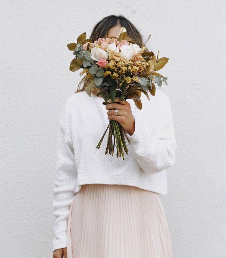 nascondersi dietro fiori