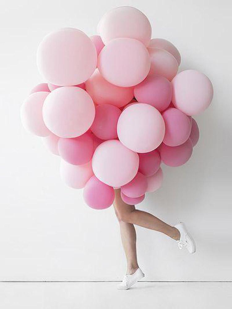 nascondersi dietro palloncini